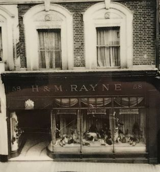Rayne opens its first ladies shoe shop at 58 New Bond Street in London supplying Society women with the type of fashion shoes previously only worn on the stage.